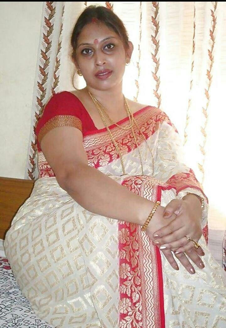 Bengali aunty spreading pic