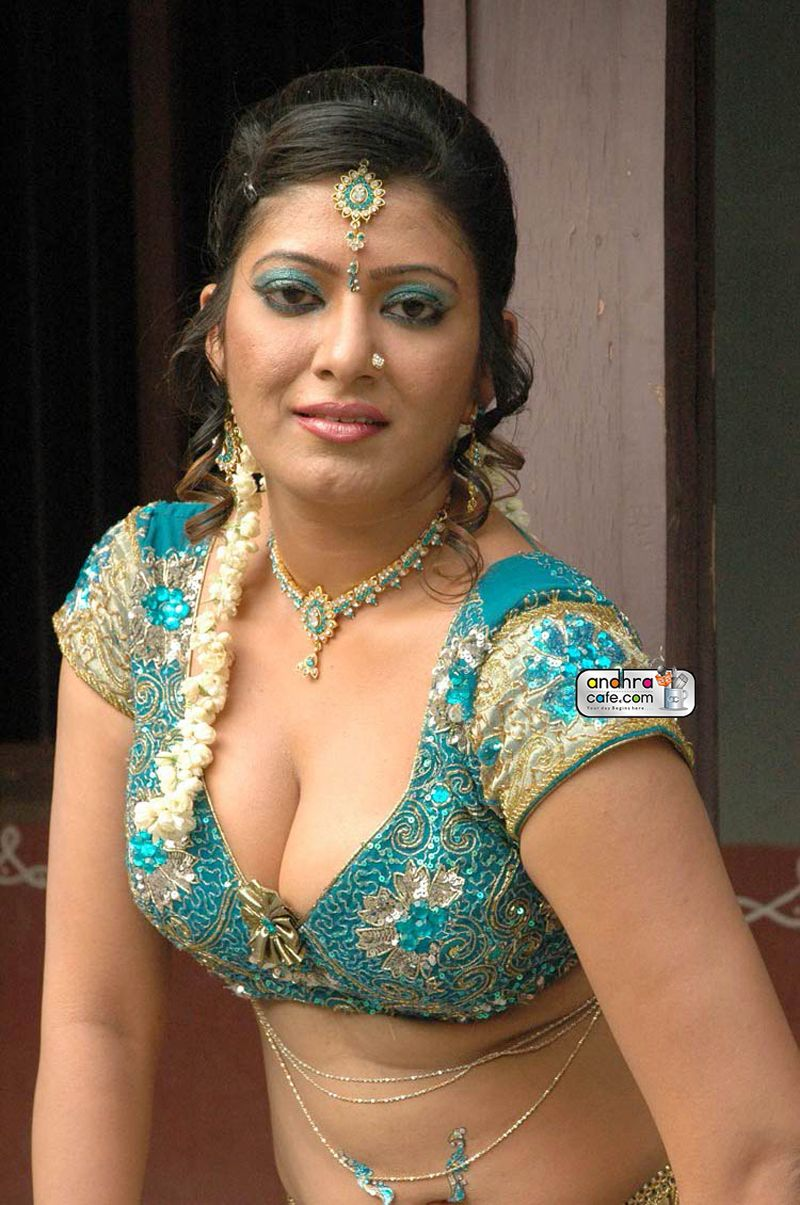 Removing aunty hot saree indian