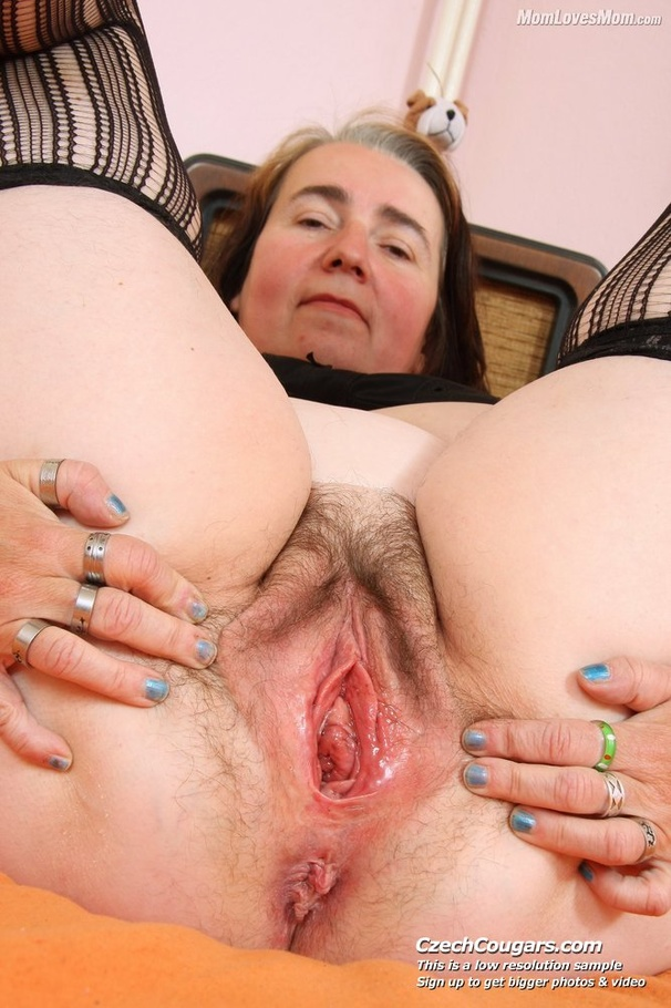 Naked sugar mummy with hairy pusys
