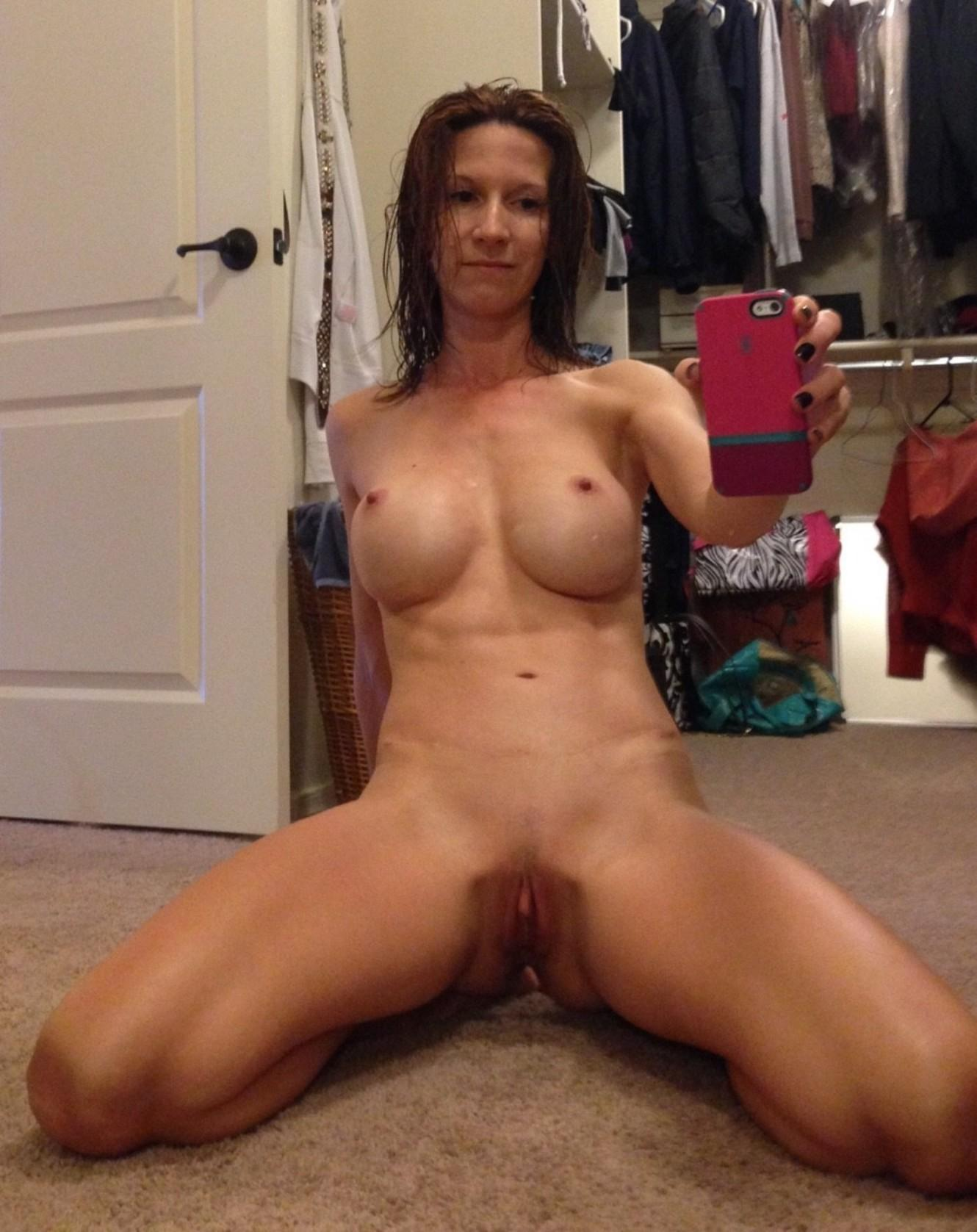Nude shaved pussy selfie