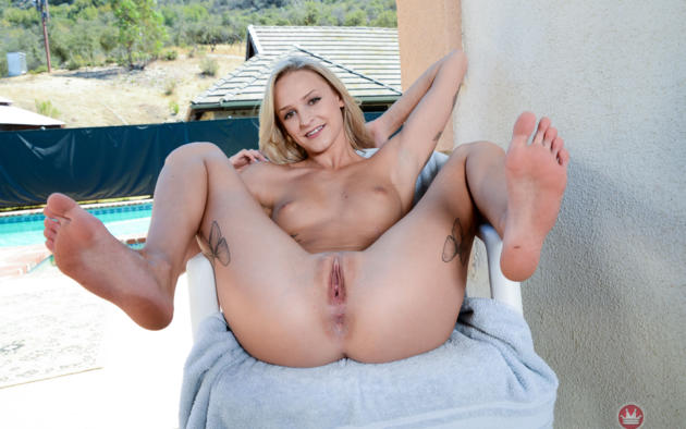 Wallpaper blonde anus spreading open pussy smiling