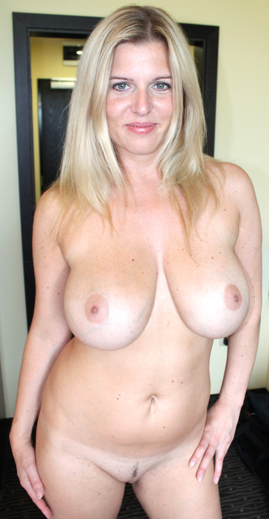 Amateur blonde milf pussy